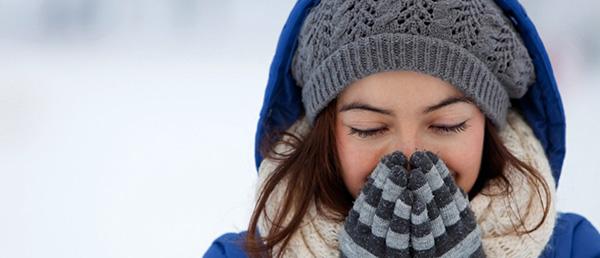 Mujer combatir frío en la piel