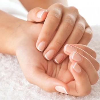 Hábitos que dañan las uñas, trucos para evitarlos